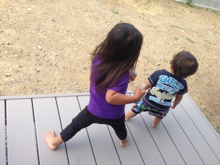 一緒に踊る幼い姉弟