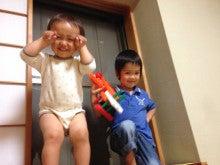 高い窓枠に登って遊ぶ兄弟