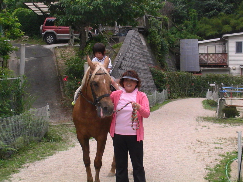 大好きな先生に引き馬にて乗馬で嬉しそう。