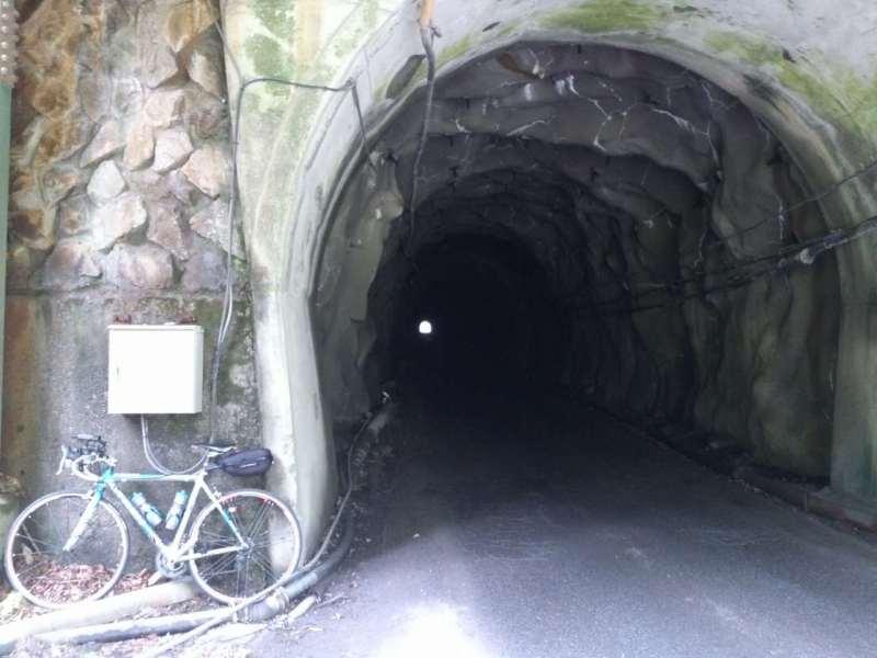 日窒の下のトンネル