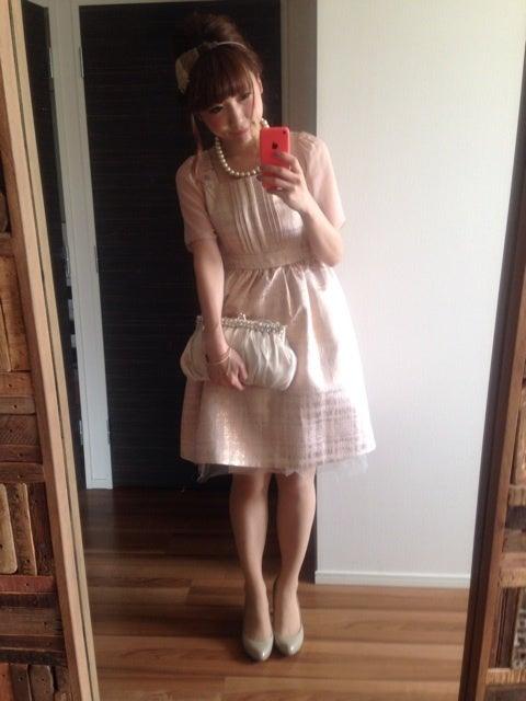 ピンクのワンピースの結婚式オシャレ参考コーディネート画像