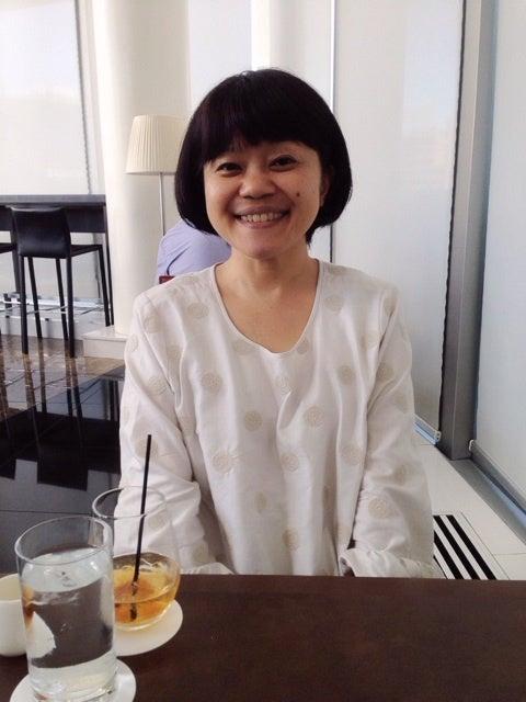 笑顔を浮かべている声優の小桜エツコ