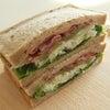 雑穀食パンのサンドイッチの画像