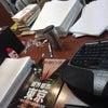 机の上、引出の中の画像