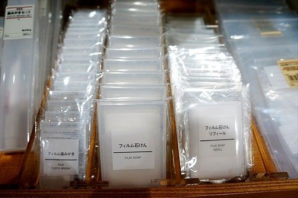 固形石鹸・石鹸に貼るお好きなペーパーナプキン(100均) ・筆(100均) ・デコパージュ液(100均) ・デコパージュ用トップコート(100均)