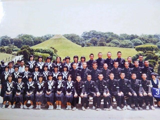 相生市立双葉中学校の修学旅行での記念写真には担任の北澤先生と野球部監督の川田先生の姿があります。