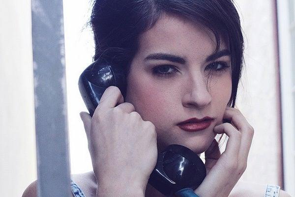 電話にでる彼女