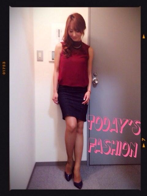 ミニスカート姿の新山千春さん