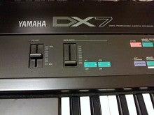YAMAHA DX7 ロゴ