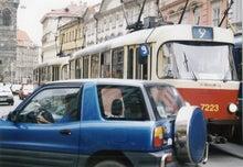 石畳道路を市内電車と自動車が行き交う旧市街地