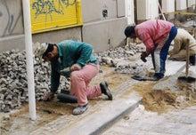 石畳作業中の職人
