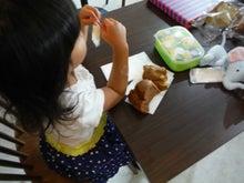 3歳の姫 シフォンケーキで休憩中