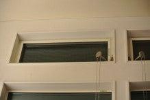 高い位置の滑り出し窓