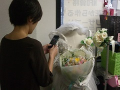 花束を撮影中