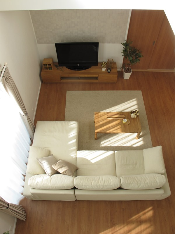 ブラックチェリー柄の床にオーク材の家具でコーデ