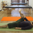 股関節を開こう 〜片足のハッピーベイビーのポーズ〜の記事より