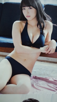 黒い水着を着た鎌田菜月