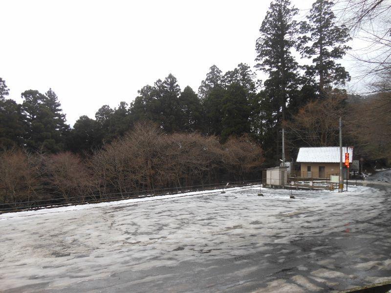 高住神社の駐車場(チェーン規制、摂氏4度)