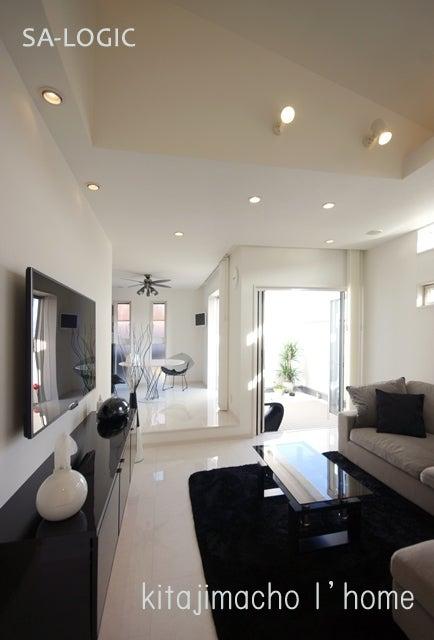 ホワイト&ブラック シンプルモダンな家