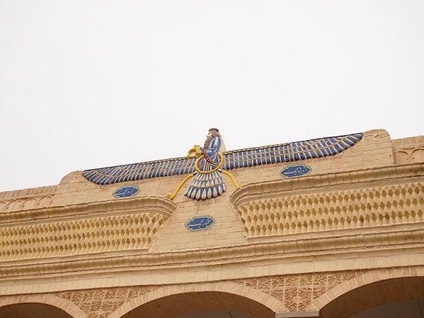 こちらはゾロアスター教の善の神、アフラ・マズダの像です。アフラ・マズダではなく守護霊プラヴァシと記載している場合もあります。
