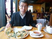 Shopping Centerでピザを食べる私