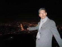 Twin Peaksの夜景を背景に私