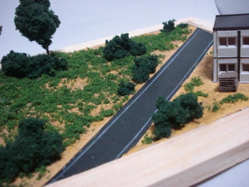 道路は100均で売ってた黒い厚紙を切って白鉛筆で線を引きました。