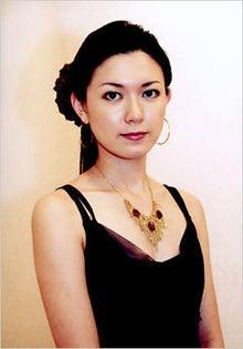 髪のアクセサリーが素敵な小嶺麗奈さん