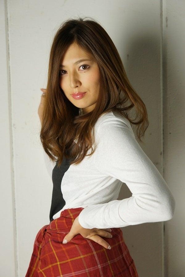 ミニスカート姿の佐々木麻衣さん