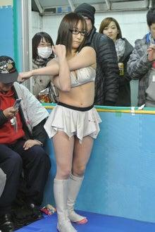 ミニスカート姿の加藤悠さん