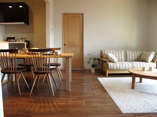 ウォールナットとナチュラルな家具のツートンコーデ