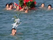 朱塗りの神輿が海を泳ぐ
