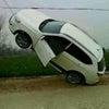 ▼唸声中国写真/電柱に釣り上げられた自動車?の画像