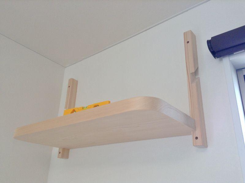 支柱に棚板を組み合わせる