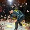 ▼唸声中国写真/上海企業の年次総会で現金すくいどりの従業員福祉?の画像