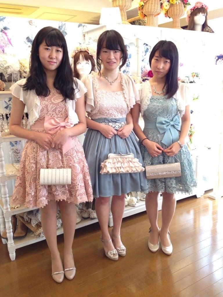 先日高校3年生のとってもかわいらしく初々しいお客様達が卒業パーティー用のドレスをレンタルしにご来店してくれました ニコニコ