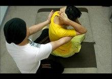 ワットの座位タイ古式(肩甲骨ストレッチ)