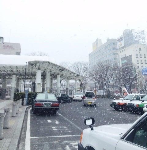 雪の舞う福島駅前