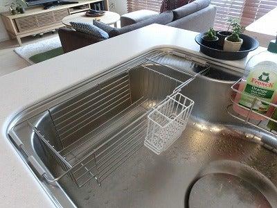 真っ白な水切りかごで、適度に生活感のあるキッチン