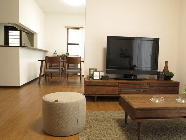 ブラックチェリー柄にウォールナットの家具でコーデ