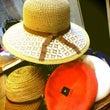 ベレー帽とつば広の帽…
