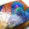 ■藤の帯留|重厚なべっ甲に色鮮やかな螺鈿金蒔絵で見事な藤の花を描いた逸品です。日本固有の花、藤。の画像