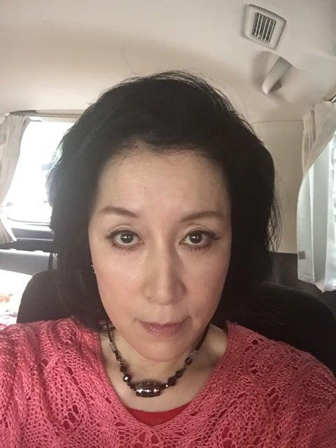 車の中でジッと見つめて自撮りをする高畑淳子