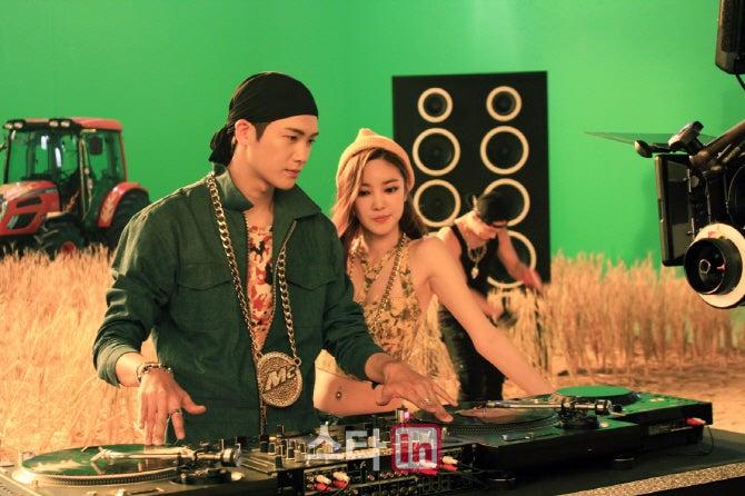 ZE:Aのメンバー、パク・ヒョンシクと女性歌手NSユンジが出演する大麦炭酸飲料「メッコール」のテレビCM撮影オフショットが15日公開された。