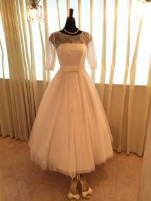 ミモレ丈ウェディングドレスです。 総レースに、スカートにはチュールの素材で