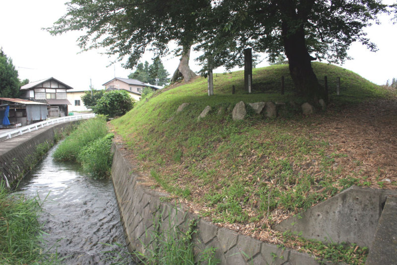 等々力城④/水路と土塁(右から)