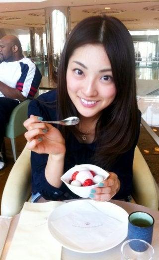 デザートを食べる岩本乃蒼