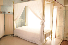 都内の安いスタジオ天蓋付きベッド