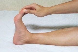 が 指 つる の 足