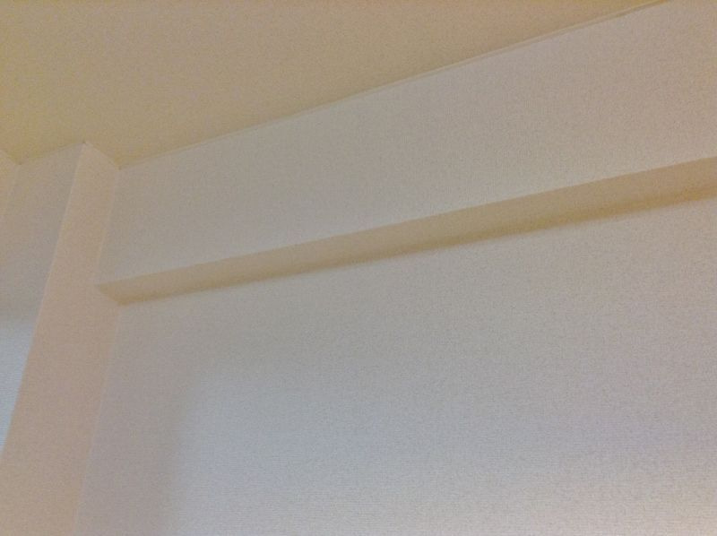 梁のある壁に神棚を固定する方法